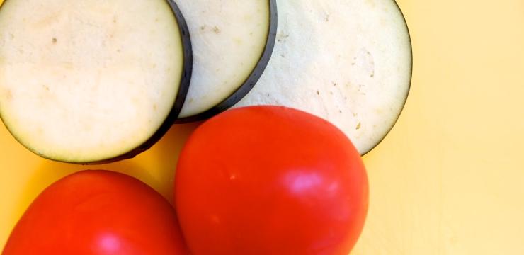 Aubergine und Tomaten