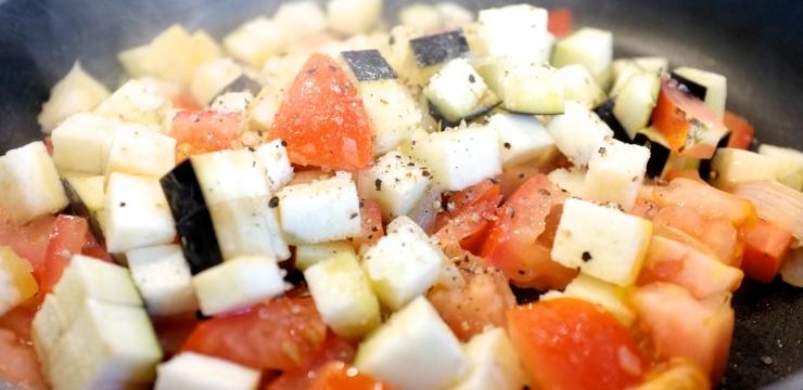 Aubergine und Tomaten aunschwitzen