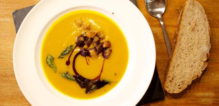 Kürbissuppe mit Salbei